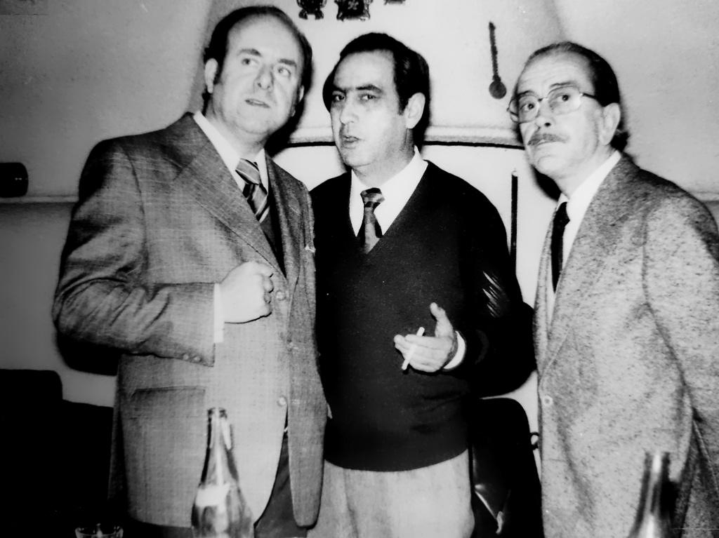 Antonio Mª comenta exposición Hogar Extremeño 1978