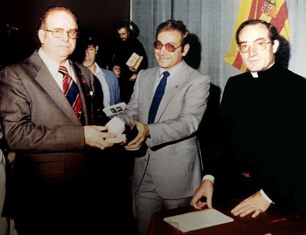 Antonio Mª recibiendo un galardón escolapio en 1982